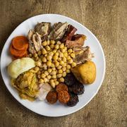 Cocido plato con garbanzos y su pringa
