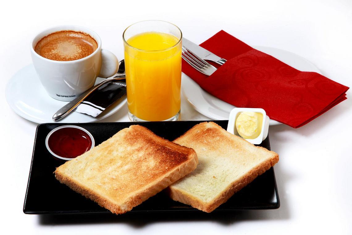 Desayuno con tostadas Barra de Sandó