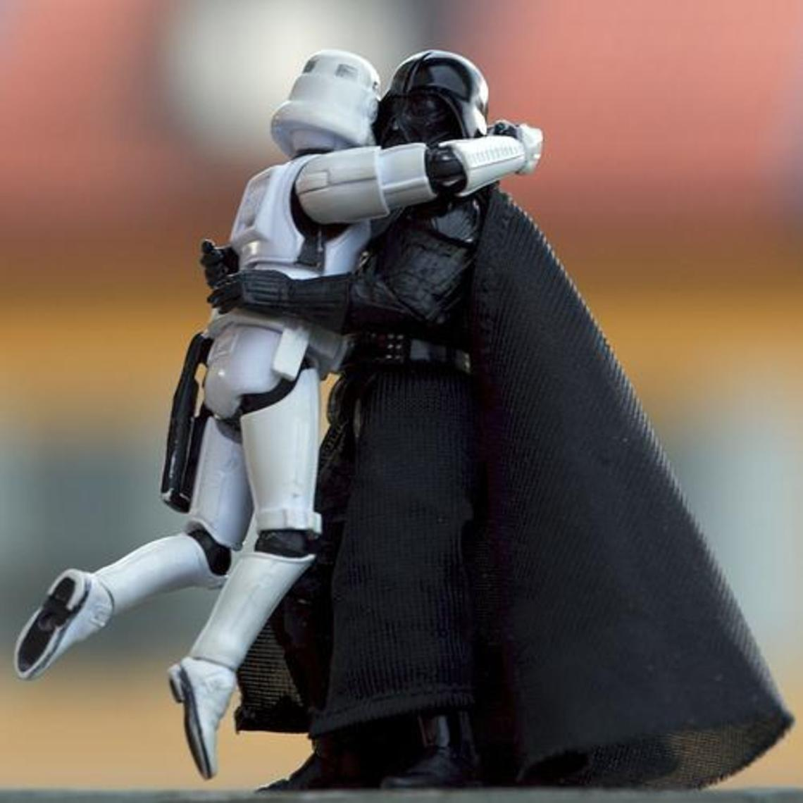 Darth vader abraza a un stormtrooper